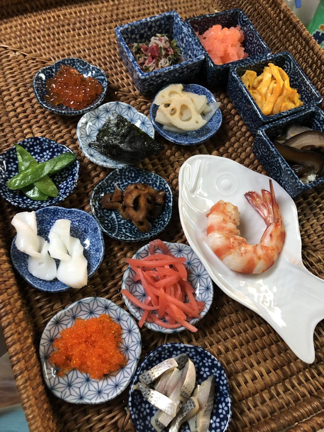 車海老おぼろ、小畑、イクラ、とびこ、酢蓮、ドンコ椎茸、車海老、など15種類以上入ります。